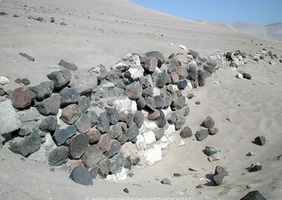 Muro de contención de piedras, para sostener plataforma tipo ushnu en sitio Molle Pampa Este, valle de Lluta