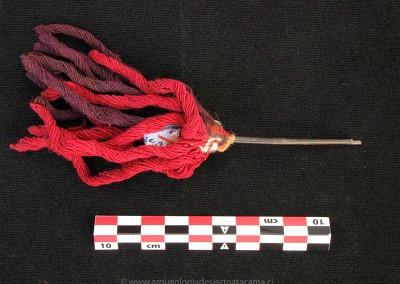 Objeto de madera y lana, sitio Az-8, valle de Azapa, Período Intermedio Tardío (Colección Museo Universidad de Tarapacá San Miguel de Azapa)