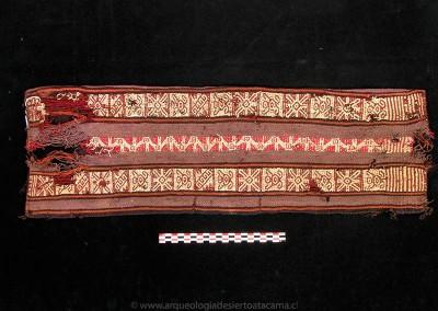 Tejido de lana, sitio PLM-3, costa de Arica, Período Intermedio Tardío (Colección Museo Universidad de Tarapacá San Miguel de Azapa)